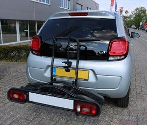 Citroen C1 - Peugeot 108 trekhaak monteren voor fietsendrager bij Autobedrijf Bart Ebben in Malden regio Nijmegen