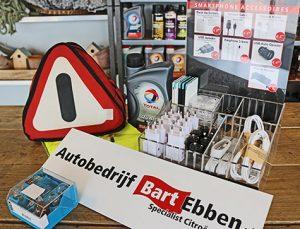 Denk naast de vakantie controle ook aan nuttige spullen voor onderweg als een gevaren driehoek-motorolie-lampenset-veiligheidvest